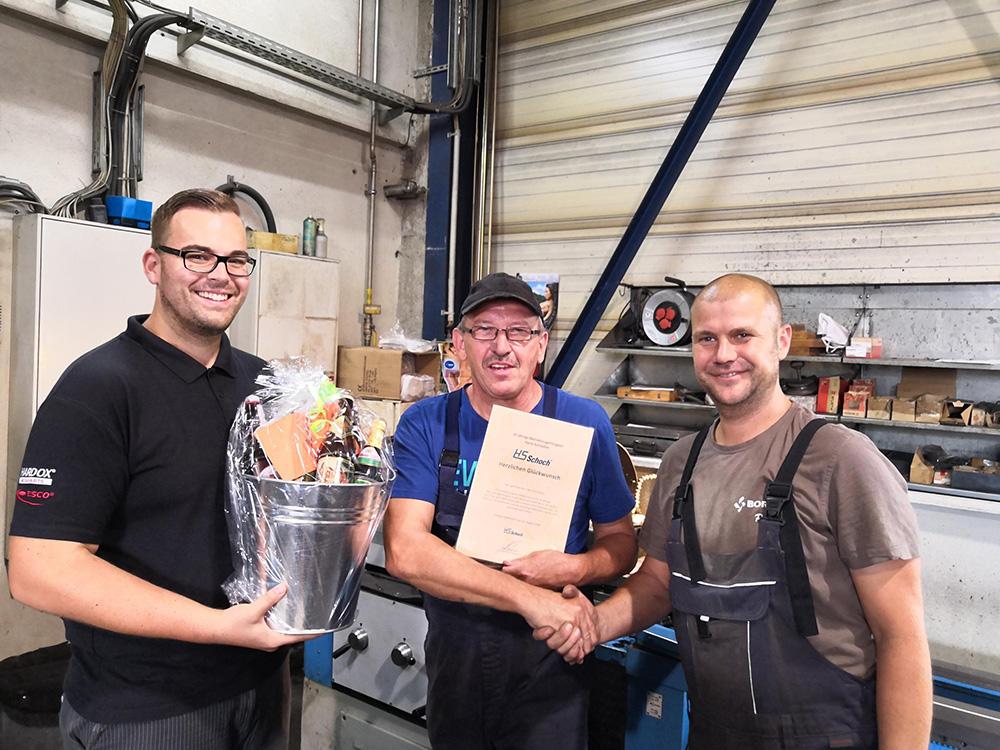 Jubilar Harry Schrödter (Mitte) mit Werkstattleiter Alexander Herrmann (rechts) und Bereichsleiter Marcel Wittig (links)